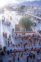 ジョカン前で祈りを捧げる人々