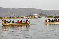 チチカカ湖を船で移動