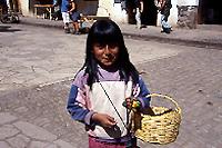 上:ピサック市場 下:市場で働く少女