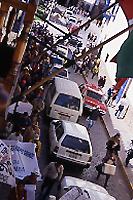 上、下:農民によるデモ