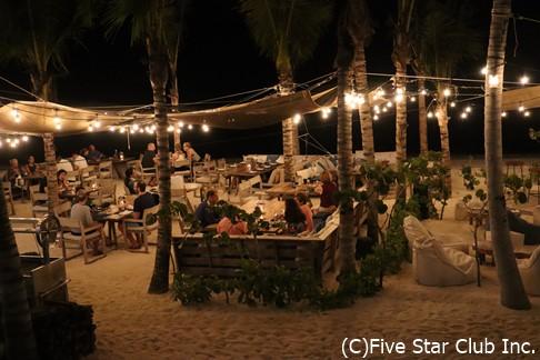 ハイアットの高級ブランド「アンダーズ」の中にある砂浜レストラン。なんとムーディー。