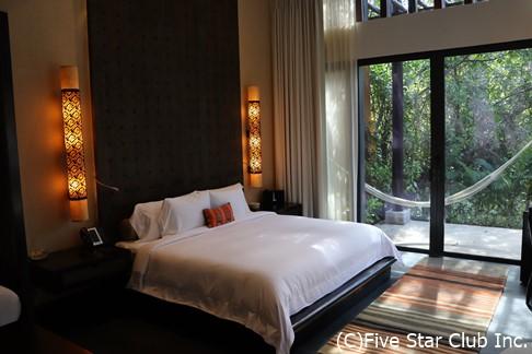 バンヤンツリーの寝室。こんな素敵なベッドルームに泊まれたら、天にも昇る心地だろう。天に昇ってもいいように、きっと天井が高いのだろう。