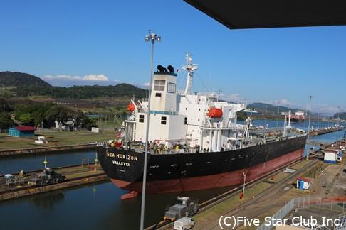 パナマ運河ミラフローレス閘門を通過する貨物船(パナマシティ)