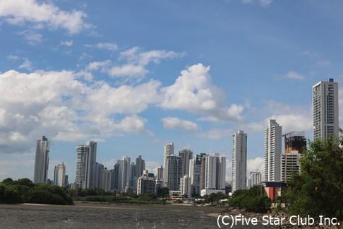 高層ビルが立ち並ぶパナマシティの新市街(パナマ)
