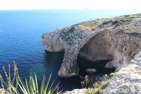 「濃い海の青にマルタ・ストーンの蜂蜜色が映え美しい。地中海に浮かぶ国、マルタ共和国に行ってきました。」