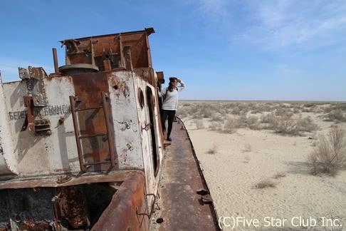 シルクロードの交差点で、砂漠の謎・青の洪水に溺れる旅