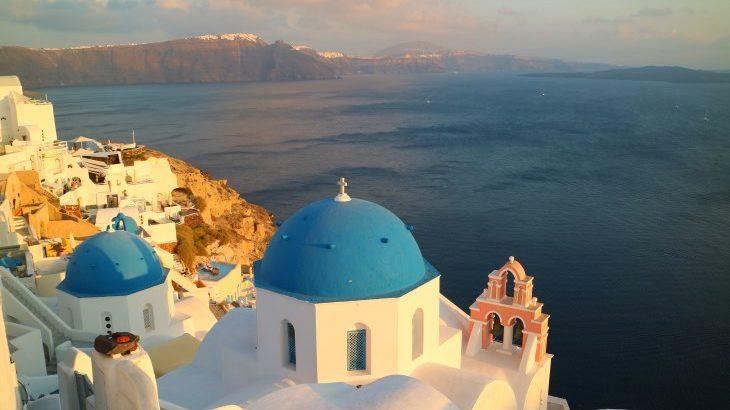 ギリシャ国旗の青と白が映えるギリシャのザキントス島・サントリーニ島へ