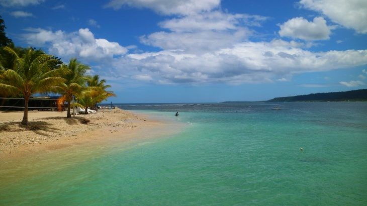 青空と青い海と道路をまたぐように架かる虹は何度でも蘇生する天国へのパスポートなのだ★ニューカレドニアとバヌアツの旅